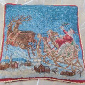 Χριστουγεννιάτικη μαξιλαροθήκη, με γέμισμα, από σκληρό ύφασμα, υφαντό, διαστάσεων 70χ70εκ. Και από τις δυο πλευρές έχει το ίδιο Χριστουγεννιάτικο σχέδιο. Διαθέτει φερμουάρ