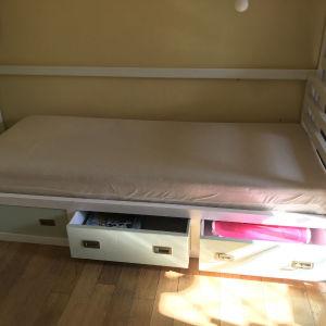 κρεβάτι παιδικό και συρταριέρα
