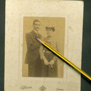 ΠΑΛΙΕΣ ΦΩΤΟΓΡΑΦΙΕΣ. ΣΑΜΟΣ 1902. ΦΩΤΟΓΡΑΦΙΑ ΖΕΥΓΟΥΣ . ΦΩΤΟΓΡΑΦΙΑ ΤΟΥ ΦΩΤΟΓΡΑΦΟΥ JOSEPH PULMANN ( ΦΩΤΟΓΡΑΦΟΥ ΤΟΥ ΠΡΙΓΚΙΠΑ ΤΗΣ ΣΑΜΟΥ ) ΜΕ ΤΟ ΚΑΛΛΙΤΕΧΙΚΟ ΛΟΓΟΤΥΠΟ ΣΤΟ ΠΙΣΩ ΜΕΡΟΣ.