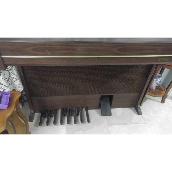 Vintage armonio me diplo klavie ke pental sta podia.