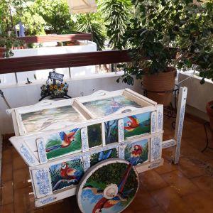Χαρακτηριστικό καροτσάκι της Κόστα Ρίκα, κατασκευασμένο με καλλιεργημένα ξύλα. Ζωγραφισμένο στο χέρι.