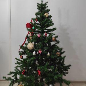 Χριστουγεννιατικο Δεντρο 180cm με Στολιδια και Μεταλλικη Βαση + Δωρο Στολιδια