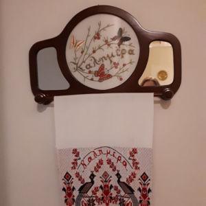 Vintage κέντημα σε ξύλινη κρεμάστρα με καθρέφτη