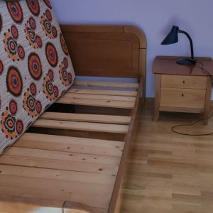 Έπιπλα : Γραφείο,μόνο κρεβάτι,κομοδίνα