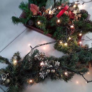 Χριστουγεννιάτικη γιρλάντα κ δώρο μια υπέροχη σύνθεση