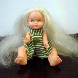 Παλαιό μικρό παιδικό πλαστικό κουκλάκι δεκαετίας 1970.