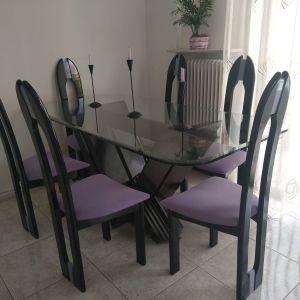 Τραπεζαρία, πολύ όμορφη, με έξι καρέκλες.