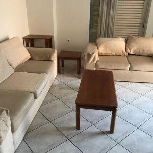 Σαλόνι από τριθέσιο διθέσιο και δυο τραπέζια