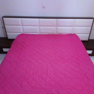 Υπέρδιπλή κρεβατοκαμαρα, με αποθηκευτικό χώρο ελαφρώς μεταχειρισμενη με κεφαλάρι, με δύο κομοδίνα, μία συρταριερα και έναν καθρέφτη