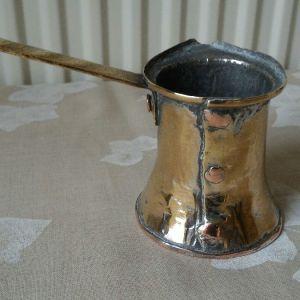 Μπρίκι καφέ, προπολεμικής περιόδου, μπρούτζινο με χάλκινη βάση και μπρούτζινη χειρολαβή