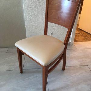 Καρέκλες από ξύλο μασίφ σε άριστη κατάσταση.
