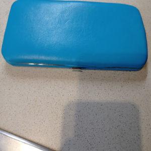γυναικείο πορτοφόλι και νουργιο αχρησιμοποίητο που ανοίγει με το εμπρός κουμπί πωλειται