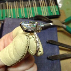 Δαχτυλίδι κλασσικο Μονόπετρο με μεγάλο 5Α ζιργκον, παβε καρφωμένα λευκά ζιργκον, (50, 53, 56).