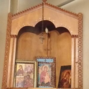 Εικονοστάσιο σκαλιστό, ξύλινο, σε άριστη κατάσταση , μαζί με εικόνες της Μεγαλόχαρης Παναγίας μας και των Αγίων μας.