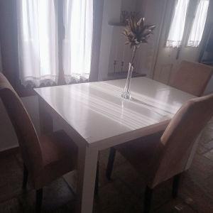 Τραπέζι τραπεζαρίας με 4 καρέκλες.