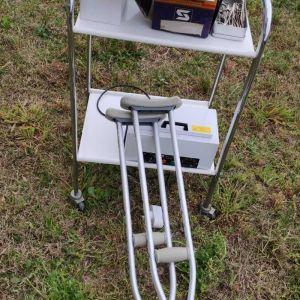Εξοπλισμός Ιατρείου : Τρία τραπέζια νοσηλείας τροχήλατα και ένα τροχήλατο με συρτάρια και ένα ιατρικό κρεββάτι  και φιάλη οξυγόνου και  γάζες ορθοπαιδικά.