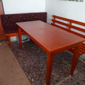Τραπέζι με δύο καναπέδες
