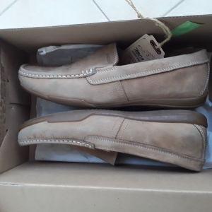 Δύο ζευγάρια παπούτσια
