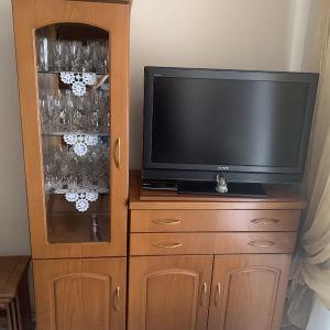 Επιπλο TV με βυτρινα απο φυσικο καπλαμα ανιγκρε