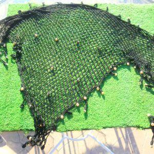 Γυναικείο μαύρο κασκόλ χειροποίητο, διχτυωτό, με φλος κλωστή  και μαργαριτάρια, φοριέται όλες τις ώρες. Έχει μήκος 1,5 μέτρο και πλάτος 50 εκατοστά.