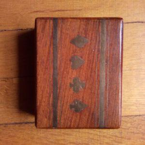 Ξύλινο κουτί με μπρούτζινα σχέδια με τράπουλα.