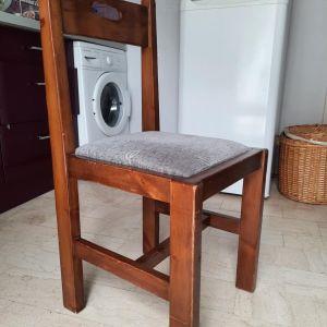 δυο ιδιες καρεκλες κουζινας απο ξυλο μασιφ με μπλε μαξιλαρακι