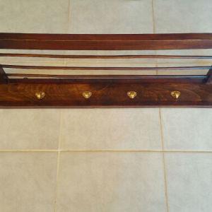 Κρεμάστρα- καπελιέρα ξύλινη, μεσοπολέμου με 6 γάντζους. Μήκος 1 μέτρο, πλάτος 23 εκατοστά