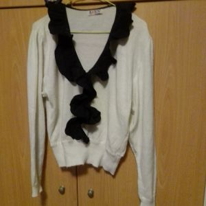 Μπλούζα ολομαλλη  άσπρη με μαύρο ύφασμα μπροστά ωραιότατη