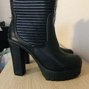 ZARA γυναικεία μποτάκια € 35,00 Vendora.gr