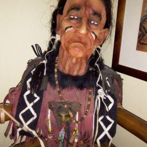 Προτομή Ινδιάνου αρχηγού από ρητίνη, βαμμένη στο χέρι.