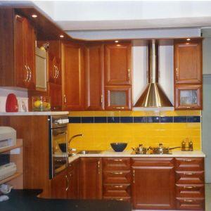ΜΟΝΤΕΛΟ SPACE Ελληνική κουζίνα κερασιά ημιμασίφ , με πάγκο και ταβανάκι , συρτάρια BLUM , 2 βιτρίνες