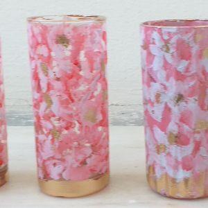 Πέντε ποτήρια κρυστάλλινα για διάφορες χρήσεις, ζωγραφισμένα σε ροζ χρώμα.