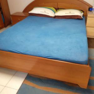 Κρεβάτι διπλό,σε άριστη κατάσταση, με δύο κομοδίνα