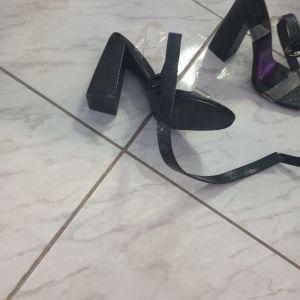 Μαύρα πέδιλα με χονδρό τακούνι και διαφάνιες