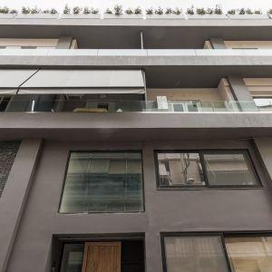 Σύγχρονο οροφοδιαμέρισμα σε κτήριο με στοιχεία βιομηχανικού design και με θέα την Ακρόπολη
