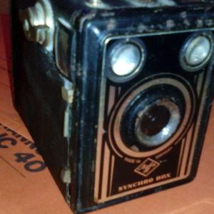 φωτογραφική μηχανή vintage agfa box 45 του 1938 και projector με τρίποδο