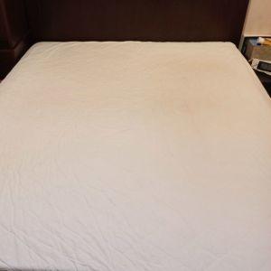 Κρεβάτι και κομοδίνα