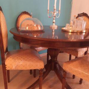 Τραπεζαρία Ροτόντα με τέσσερις καρέκλες.