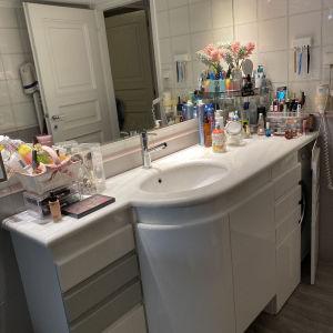 Επιπλο μπάνιου λάκα με μάρμαρο Διονύσου 1,80χ60 και καθρέπτη με 6 σποτ 88χ1 75
