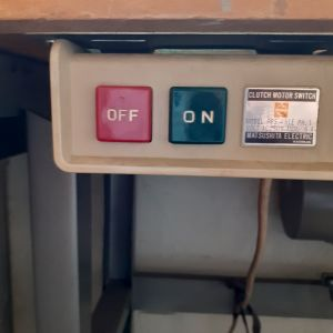 Κοπτοραπτική μηχανή με τραπέζι