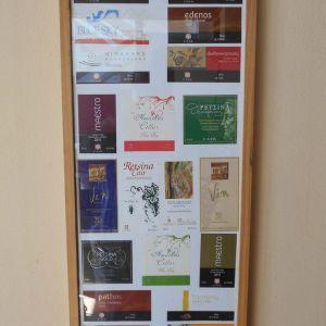 Κορνίζα με 20 Διαφημιστικές Ετικέτες Προϊόντων Κρασιού CAIR. Διαστάσεις Ύψος 0,73 Χ 0,33 cm πλάτος.