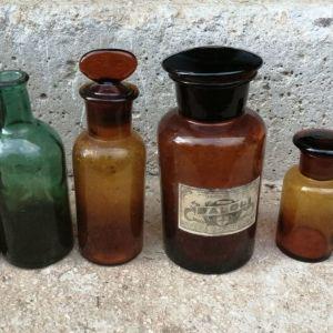 Παλιά μπουκάλια φαρμάκων.