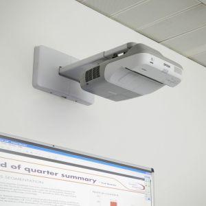 Διαδραστικός προτζέκτορας Epson EB450Wi Ultra Short Throw, μετατρέπει τον πίνακα σε διαδραστικό