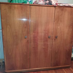 Ξύλινη ντουλάπα τρίφυλλη