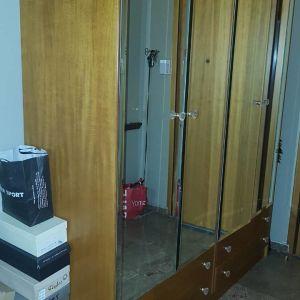 Πωλειται τετραφυλλη ντουλάπα με 4 εξωτερικα συρταρια και πορτες επενδυμενες με καθρέφτη.