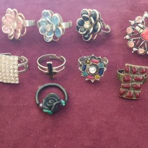 3 ευρώ το κάθε ένα και τά δύο 5. πολύ όμορφα δαχτυλίδια. ανοιγομενα κάνουν σε όλα τα δάχτυλα.
