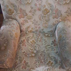 3θέσιος καναπές με 2 μικρά και 2 μεγάλα καθίσματα.