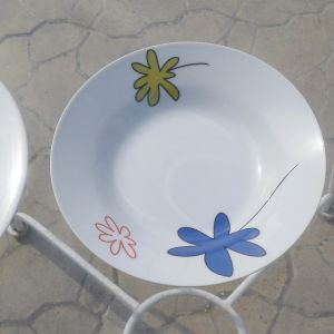 Τρία σετ από πορσελάνινα πανέμορφα Ρουμάνικα πιάτα με διάφορα σχέδια, αχρησιμοποίητα στην κούτα τους.  Το πρώτο σετ έχει 18 πιάτα, 6 μικρά, 6 μεγάλα και 6 βαθιά. το δεύτερο και το τρίτο  12αδες.