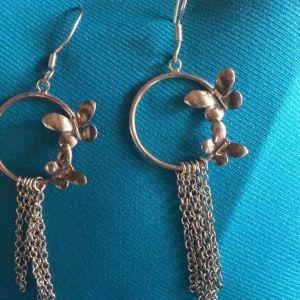 2 σκουλαρίκια με πεταλούδες.