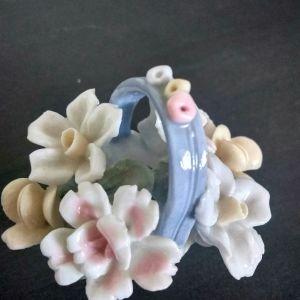 Πορσελάνινο καλάθι με λουλούδια